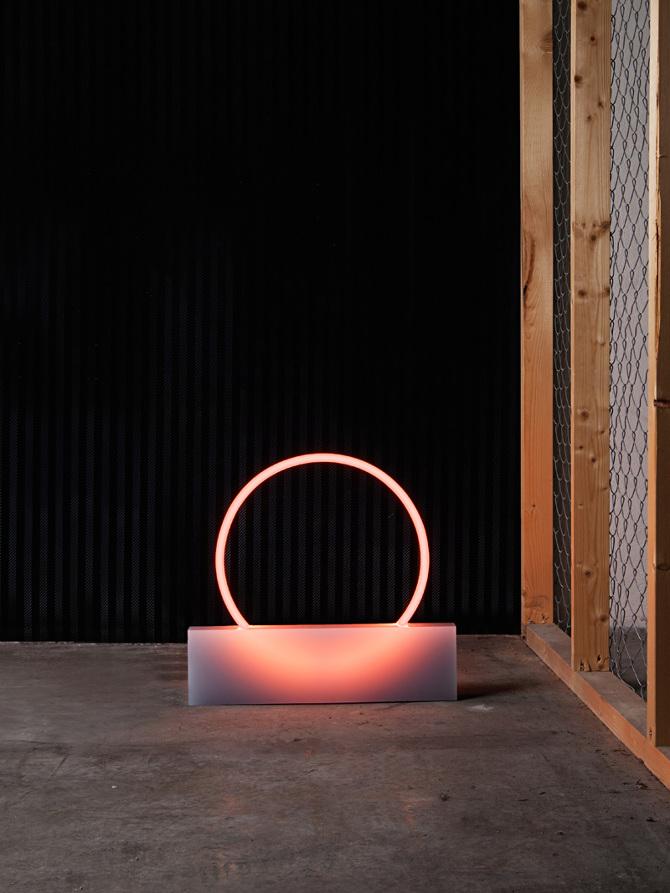 La serie di lampade  VOIE Light Series  combina luce al neon con resina  poliestere al fine di evidenziare le proprietà di ogni materiale al loro  punto di ... 2e227ed893c