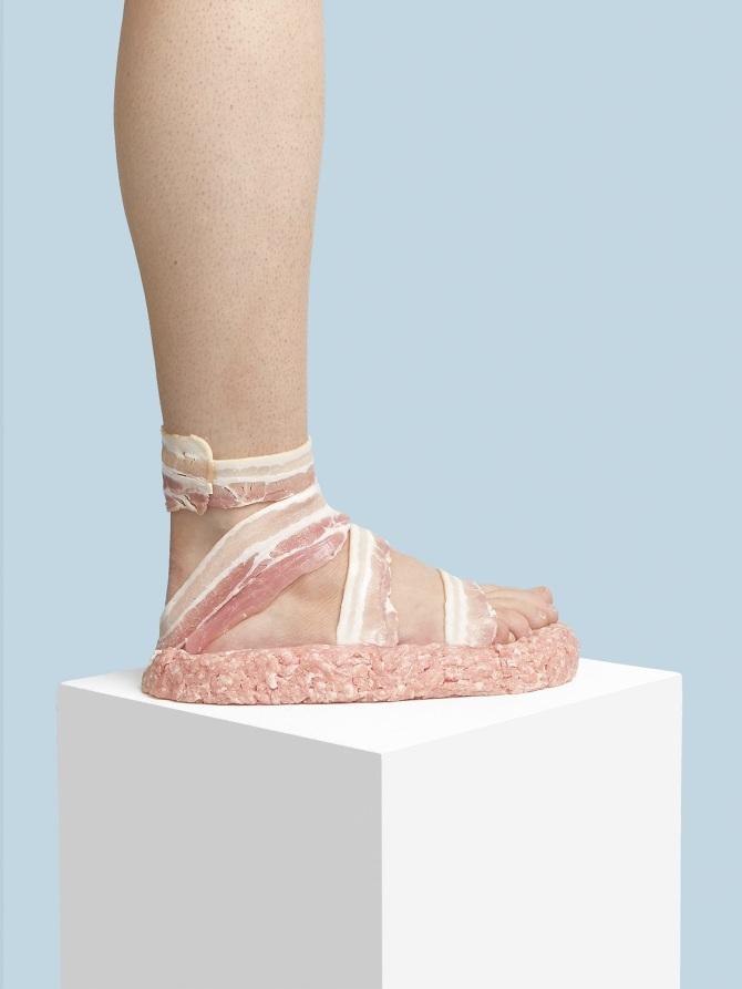 Le scarpe sono state fotografate su un piedistallo bianco e accompagnate da  sfondi colorati 82e3001f0cb