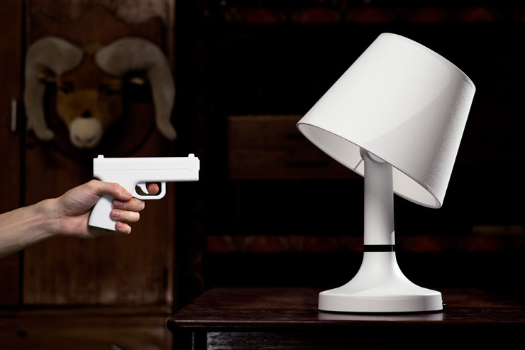 Lamp that is turned on and off by shooting with a gun remote